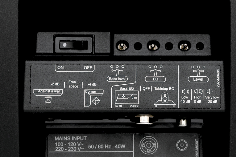低音レベル、EQカーブ、音量出力レベルを調整するミニスイッチ